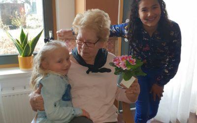 Jade en Nasira verrassen alle bewoners van WelThuis locatie Vivaldi in Zoetermeer